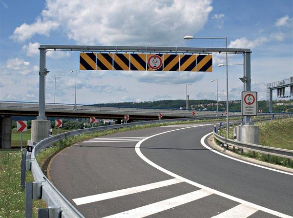 Jak zabezpečit železniční viadukt? Řešením jsou podjezdové brány