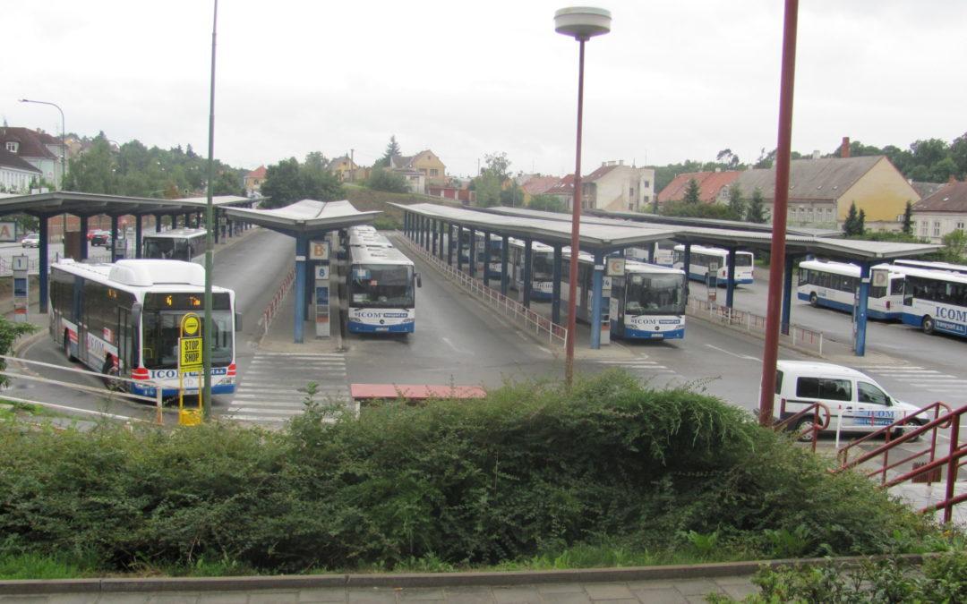 Radnice narychlo změnila provozovatele autobusového nádraží. A očekávané problémy se dostavily